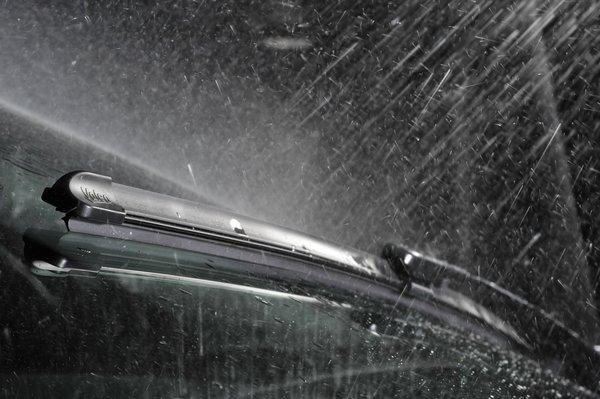 Valeo, Bosch ja Champion tuulilasinpyyhkijät pitävät näkyvyyden kirkkaana sateisellakin kelillä.