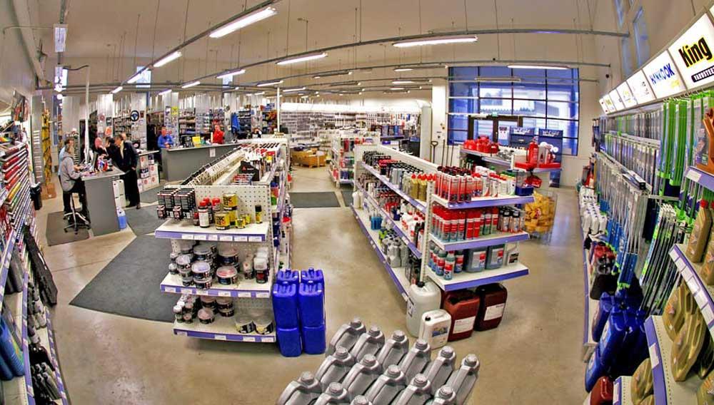 Kuvia Myymälästä - Järvenpään Varaosakeskus - Myymälän etuosa takaseinä